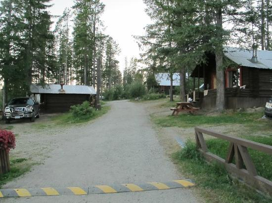 Postill Lake Lodge: Pathway to some other cabins