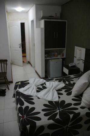 Hotel Pousada Ilha da Saudade: Refrigerador y espacio guarda ropa