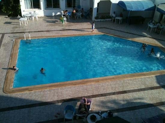 Hotel Les Citronniers: piscina ripresa dalla mia camera, 413