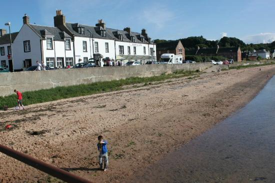 Royal Hotel Cromarty: Shot of hotel from the pier