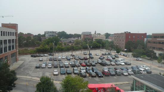 Hilton Garden Inn Chicago North Shore/Evanston: The view from our room: The parking lot