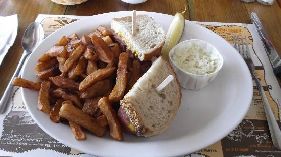 Brasserie de l'Ouest : Mon assiette de smoked meat à 8 dollars taxes incluses au 20 août 2012.