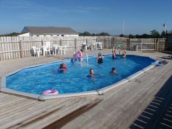 Pentire Haven Holiday Park: Beautiful sky, kids enjoying the pool