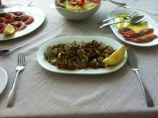 Marisquería Godoy: Large grilled prawns, clams and salad