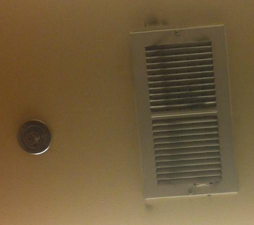 Hilton Seattle Airport & Conference Center: Moldy vent in business center room