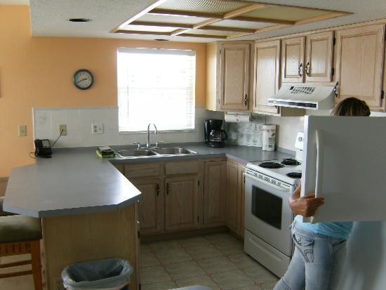Parker Manor Resort: Very nice large kitchen with view of the Gulf of Mexico in the distance