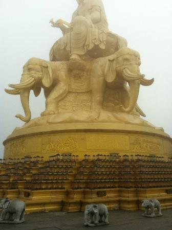 E'meishan Jinding Scenic Resort: This to me almost look like the temple I see in Thailand