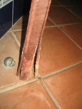 أليجرو باباجايو ريزورت - شامل جميع الخدمات: bathroom door mould, water damage 