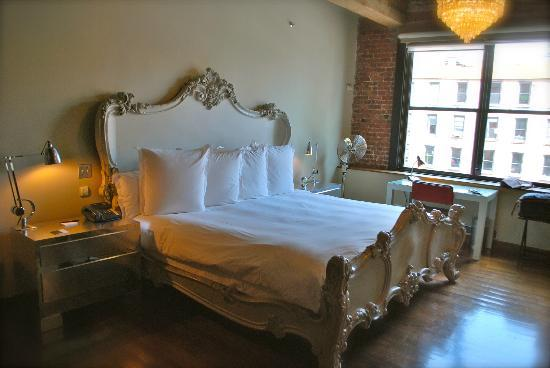 Soho House New York: Nicely designed bed and a wide selection of pillows