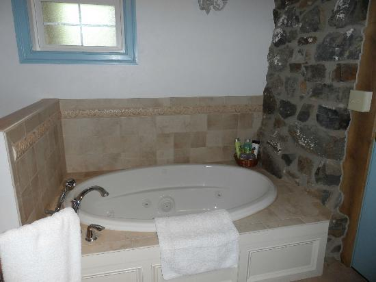 Battlefield Bed and Breakfast Inn: The beautiful jacuzzi