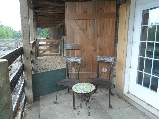 Battlefield Bed and Breakfast Inn: The lovely patio where we could sit and pet the animals.