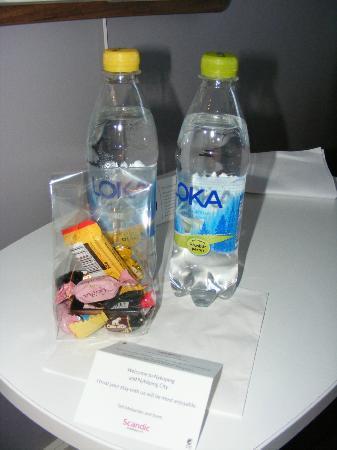 Scandic Stora Hotellet: Deux bouteilles d'eau et quelques chocolat en guise de bienvenue !