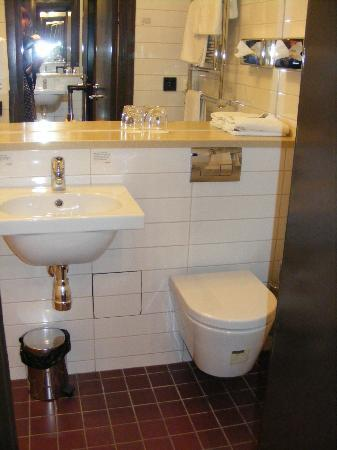 Scandic Stora Hotellet: Petite salle de bains mais très bien équipée