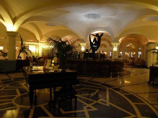 Hotel Phoenicia: Lobby bar