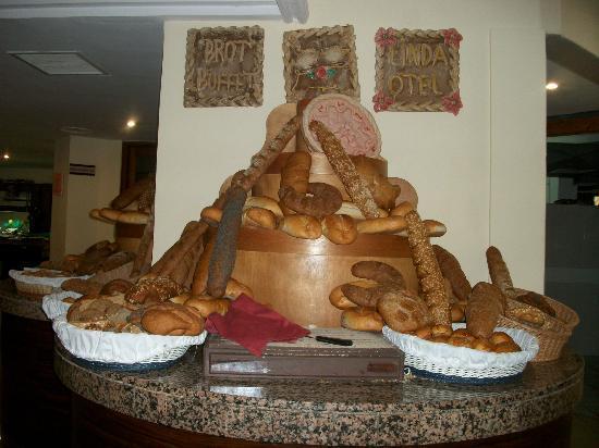 Linda Hotel: Toutes les variétés, formes de pains possibles. Délicieux