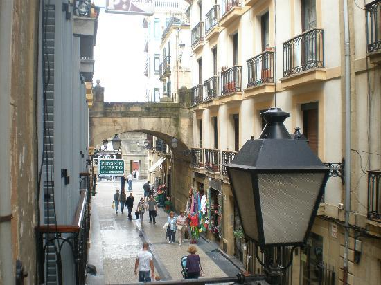 Pension Edorta: Calle Puerto, Towards Arches/Water