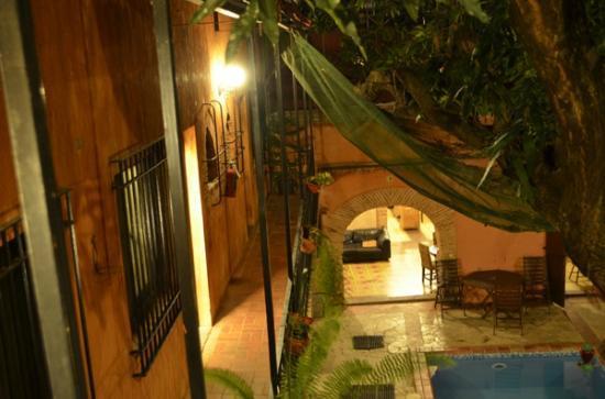 Hotel Dona Elvira: View of hotel at night