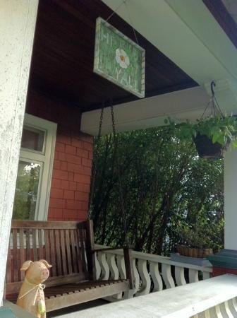 Cherokee Rose Inn: Porch swing and sign