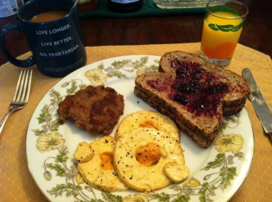 Cherokee Rose Inn: Another great breakfast: tofu fried eggs w/ Daiya, homemade seitan sausage and toast