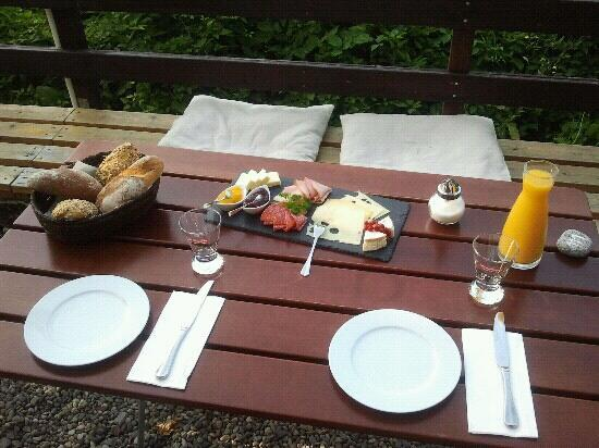 Gasthaus zur Birke: Besutiful breakfast served in the beer garden by Julia