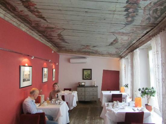 Three Sisters Hotel: Breakfast room - showing amazing ancient ceiling (recently uncovered)
