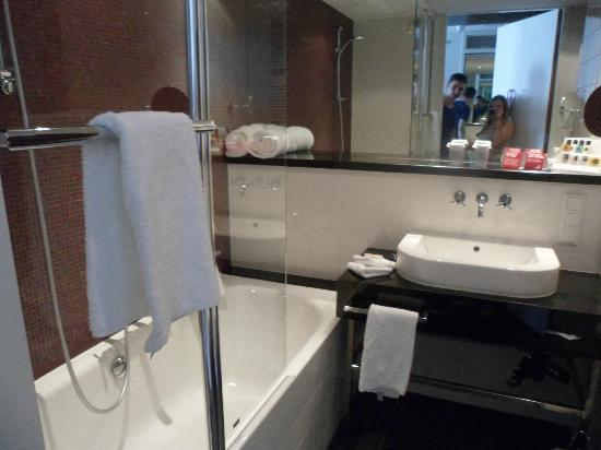 Crowne Plaza Amsterdam South: Lovely bathroom!