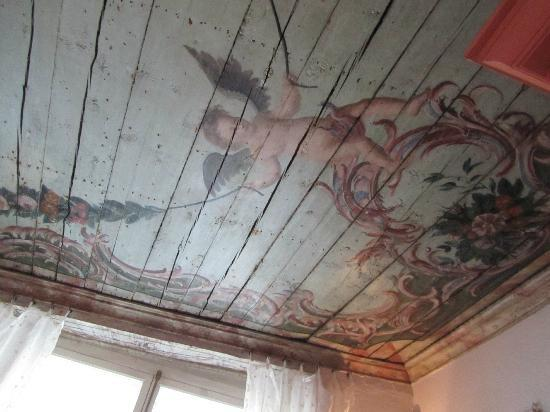 Отель Три сестры: Amazing ancient ceiling (recently uncovered) in the breakfast room