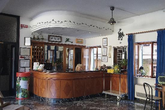 Hotel Astoria: Reception desk