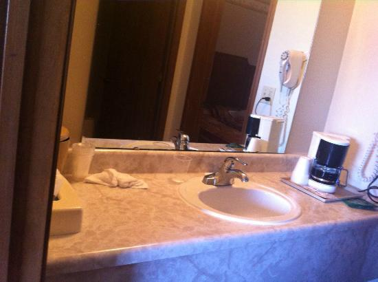 Windmill Inn & Suites: Sink area in between the bedrooms.