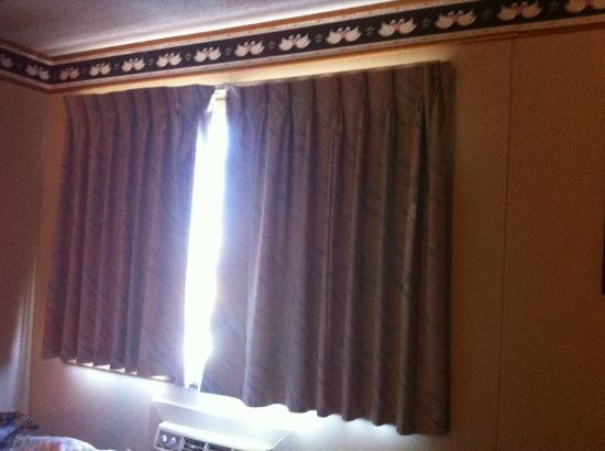 Windmill Inn & Suites: Window in bedroom