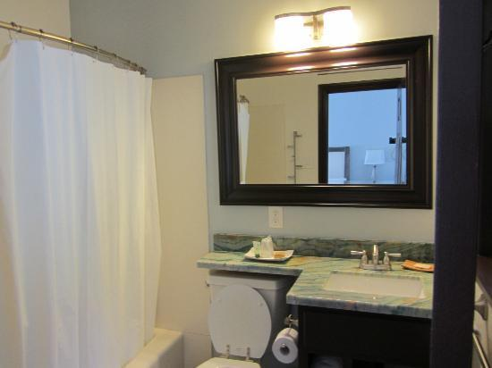 Malibu Country Inn: Renovated bathroom