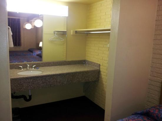 Economy Inn Farmington: venity