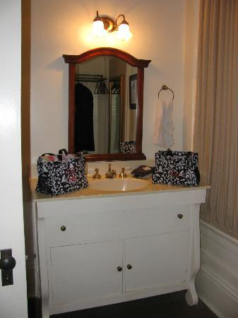 Crenshaw Guest House Bed & Breakfast: Bathroom vanity