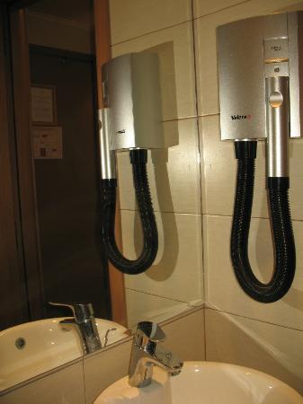 Lydia Hotel: Particolare del bagno (phon a parete)