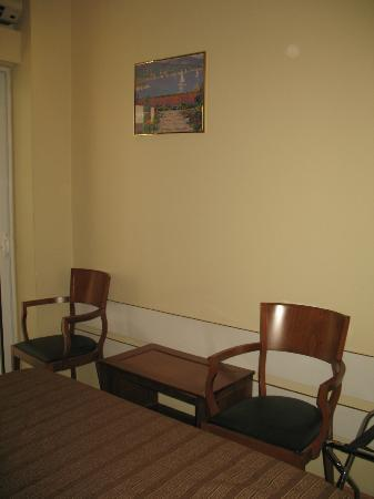 Lydia Hotel: Particolare della camera (sedie)