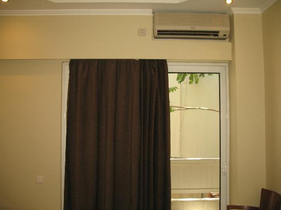Lydia Hotel: Particolare della camera (finestrone)