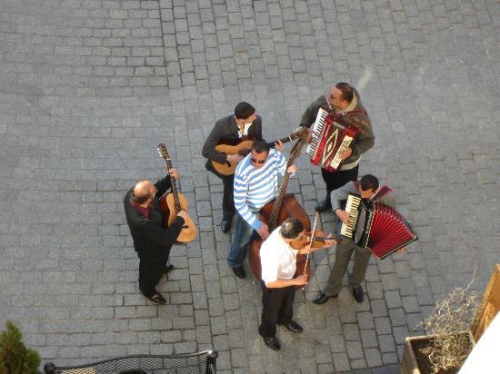 Venetian House Aparthotel : Musicians performing below our window