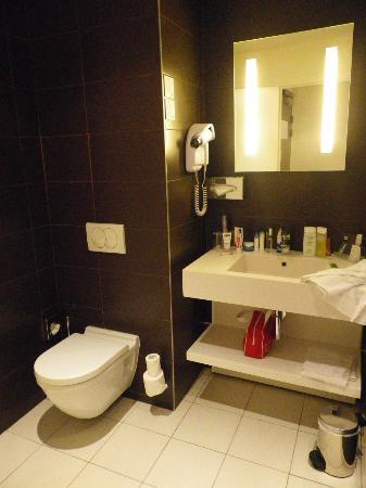 Holiday Inn Paris Opera-Grands Boulevards: Room A - bathroom 1