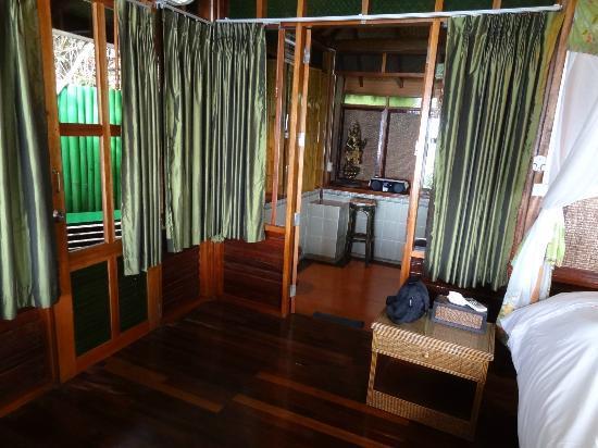 Charm Churee Villa: Unser Zimmer - Blick vom Schlafraum in den Ankleidebereich mit Kaffeeecke und Kühlschrank