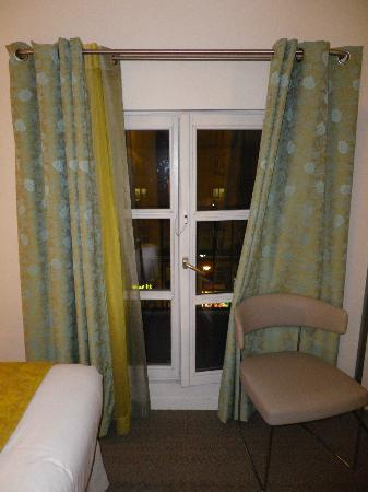 Holiday Inn Paris Opera-Grands Boulevards: Room B - Window overlooking the Blvd