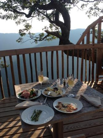 Primland: Breakfast on the deck of Golden Eagle Tree House