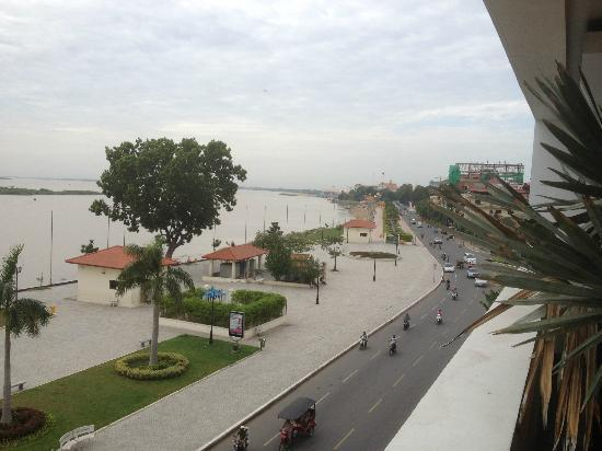 The Quay Boutique Hotel: South view along Sisowath Quay towards Royal Palace