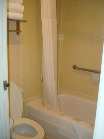 Clarion Hotel Anaheim Resort: muy pequeño, observen el marco de la puerta