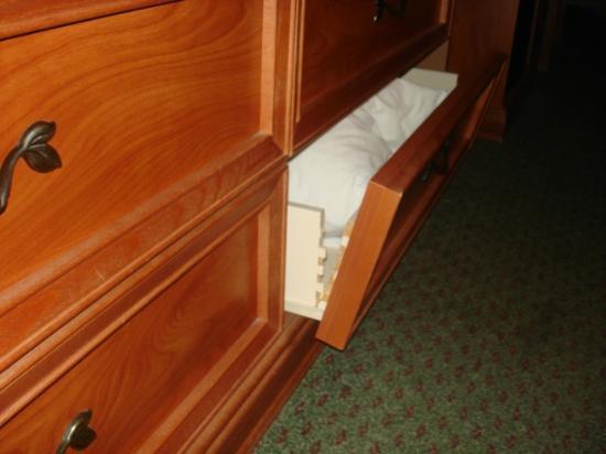 Clarion Hotel Anaheim Resort: el cajón se estaba desarmando, mejor ni le movimos