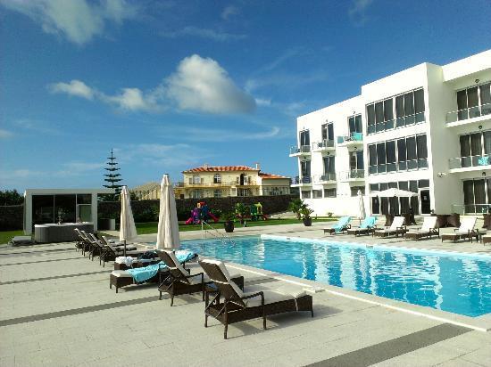 Aparthotel Atlântida Mar : Hotel, pool area, jacuzzi and gym on the left
