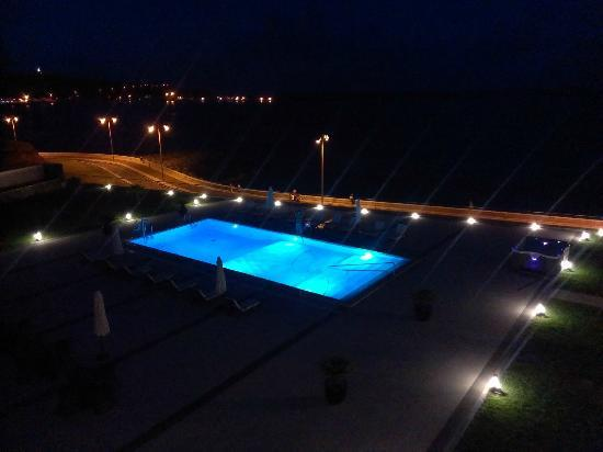 Aparthotel Atlântida Mar : Pool area, changing colors (red, green, blue)