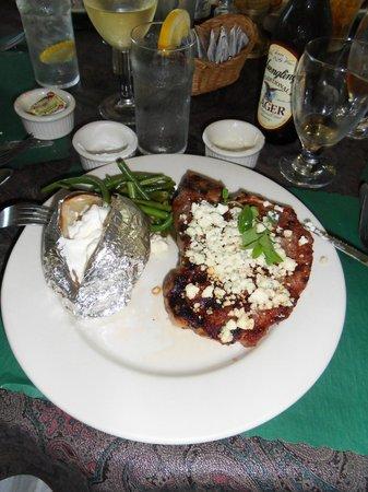 Lone Star Texas Grill: Steak medium-rare mit Ofenkartoffel