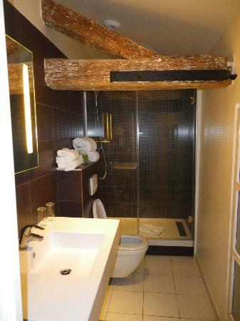 Holiday Inn Paris Opera-Grands Boulevards: Room C - bathroom with beams