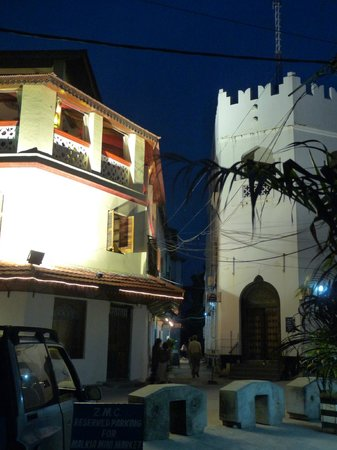 Zanzibar Stone Town Lodge: a droite la banque, à gauche un restaurant entre les deux la ruelle de l'hotel