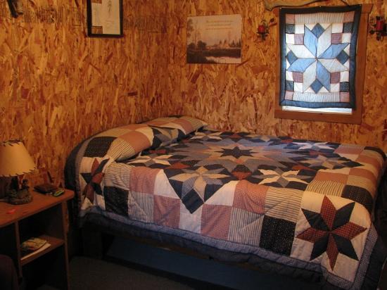 Glacier Elkhorn Cabins & Campground: Inside cabin #1